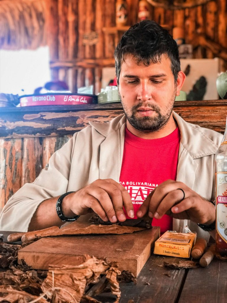 Vinales Tobacco Making